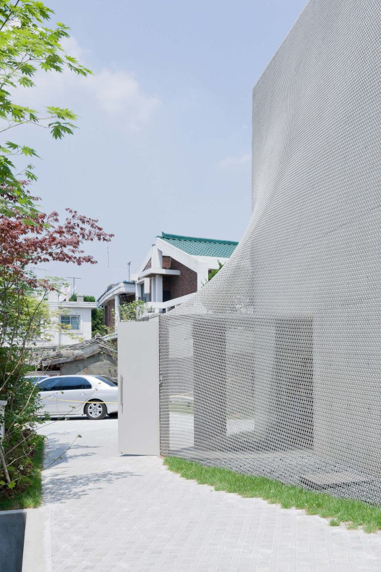 SO – IL: shrink-wrapped façade creating an undulating surface hinting at the shapes underneath